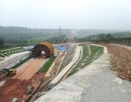 Celkový pohled na železniční koridor s bočními opěrnými konstrukcemi z důvodu stabilizace svahů
